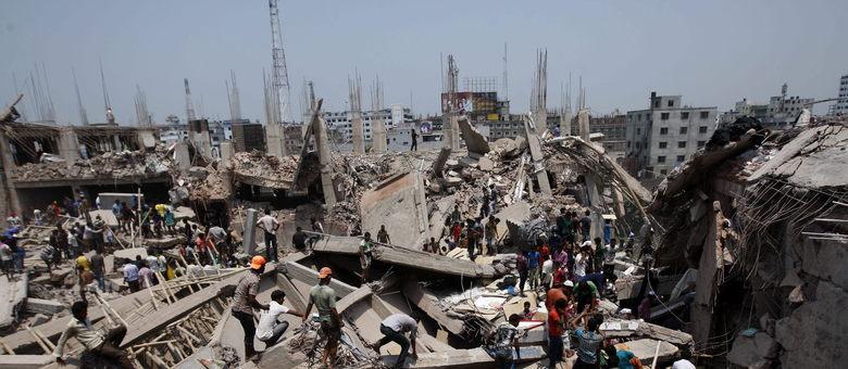 AL MENOS 28 MUERTOS EN EL DERRUMBE DE UN EDIFICIO EN BANGLADESH