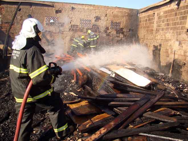 incendio misterioso destroi marcenaria no pq das americas (17)
