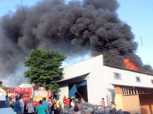 Incêndio destrói fábrica de solados de borracha em Guaxupé (Foto: Jornal Jogo Sério)
