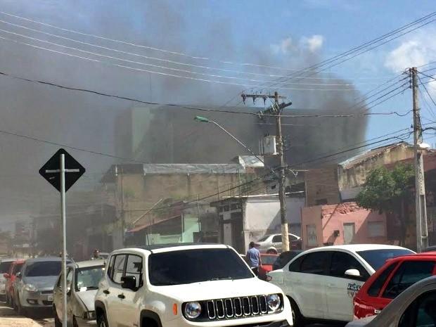 Fogo se alastrou e bombeiros ainda tentam conter as chamas (Foto: Matheus Castro/G1 AM)