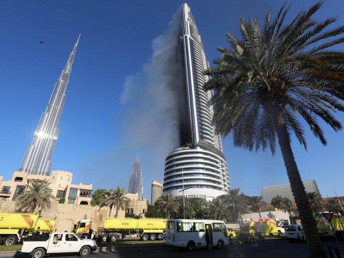 Coluna de fumaça sobe a partir do Address Downtown Hotel em Dubai na sequência de um incêndio que tomou conta de vários andares do edifício - 01/01/2016(VEJA.com/Reuters)