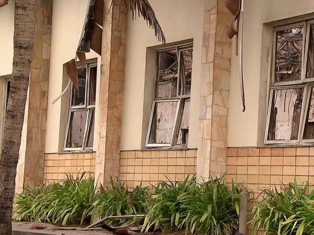 Janelas e teto foram atingidos pelo fogo (Foto: Imagens / TV Bahia)