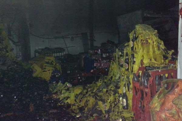 Parte do estoque da empresa foi destruído (Foto: Divulgação/Corpo de Bombeiros)
