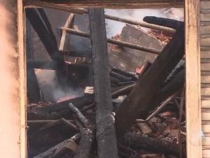 Lojas foram completamente destruídas pelo fogo (Foto: Reprodução/TV Bahia)