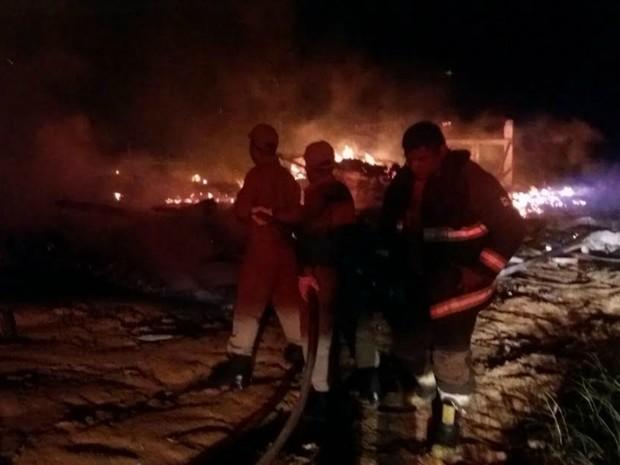 Incêndio foi controlado na madrugada desta terça (Foto: Divulgação/Corpo de Bombeiros)