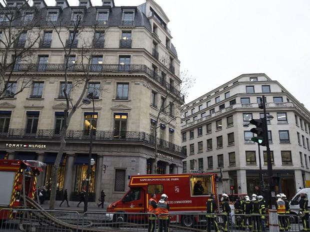Bombeiros extinguiram fogo em hotel Ritz, em Paris, nesta terça-feira (19) (Foto: Lionel Bonaventure/AFP)
