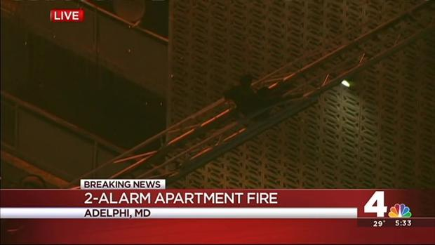 Firefighters help residents out of a burning six-story apartment building. News4's Chris Lawrence reports from the Live Desk. (Published Wednesday, Jan. 13, 2016) - Fonte: nbcwashington.com