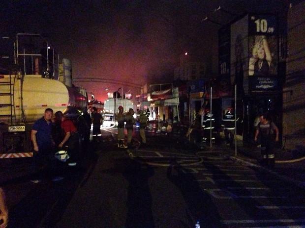 Bombeiros combatem incêndio em Guaíba, na Região Metropolitana (Foto: Josmar Leite/RBS TV)