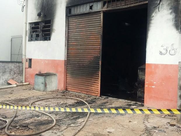 Fogo atingiu o local na noite desta terça-feira (2) (Foto: Arlene Balieiro/TV Fronteira)