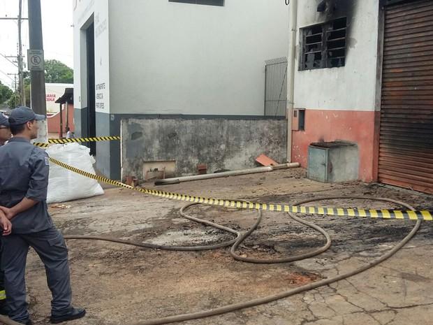 Corpo de Bombeiros realiza o rescaldo do local (Foto: Arlene Balieiro/TV Fronteira)