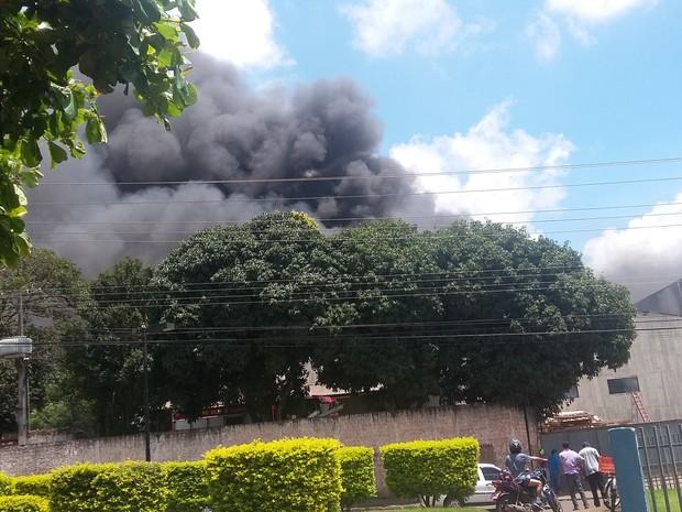 Segundo os bombeiros, o fogo na fábrica foi percebido por volta das 12h deste domingo (7); combate ao fogo tem o reforço do Corpo de Bombeiros de Londrina (Foto: Luciano Moraes / Arquivo Pessoal)
