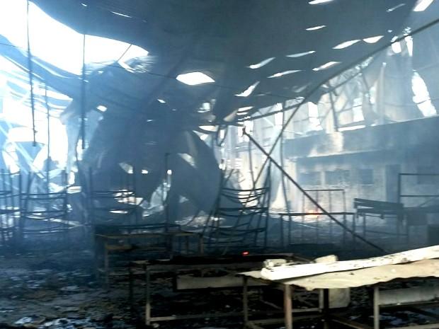 Depois de o incêndio controlado, sobrou pouco do que era a fábrica de móveis e estofados em Arapongas (PR) (Foto: Gilberto Quilezi / Arquivo Pessoal)