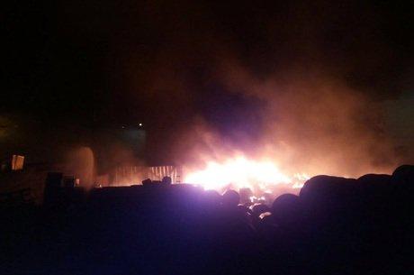 Galpão foi completamente destruído pelo incêndio (Corpo de Bombeiros/ Divulgação)