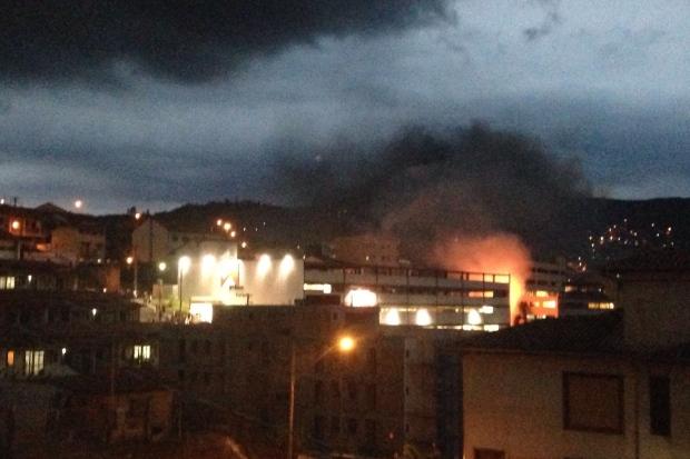 Moradores da região registraram incêndio em supermercado