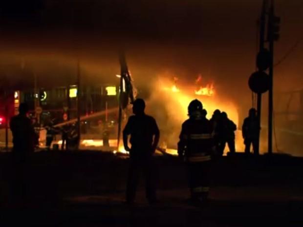Acidente entre caminhões causa fogo e fecha Av. Bandeirantes, em SP (Foto: Marcelo Aparecido/TV Globo)