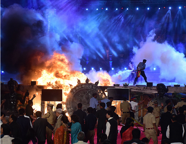 Participantes de evento pró-investimento na Índia fogem de incêndio (Foto Folha de São Paulo)