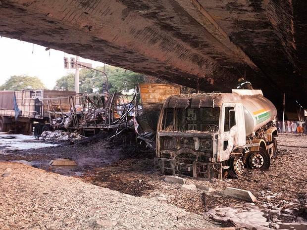 Acidente envolvendo dois caminhões, um deles um caminhão-tanque, na Avenida Bandeirantes, causou uma explosão na madrugada deste sábado (13) (Foto: Mario Ângelo/SigmaPress/Estadão Conteúdo)