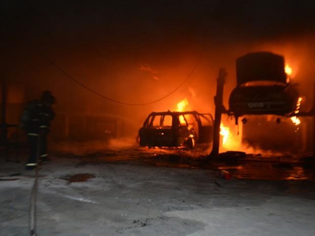 Dois carros ficaram destruídos com incêndio (Foto: Blog do Anderson)