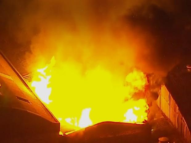Incêndio atinge madeireira em Osasco, na Grande São Paulo (Foto: Reprodução/TV Globo)