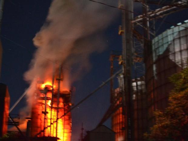 Fogo começou no secador de soja da empresa agrícola (Foto: Sérgio Maciel/Cedida)
