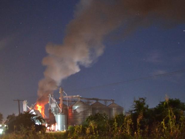 Quatro viaturas dos bombeiros foram utilizadas no combate às chamas (Foto: Sérgio Maciel/Cedida)