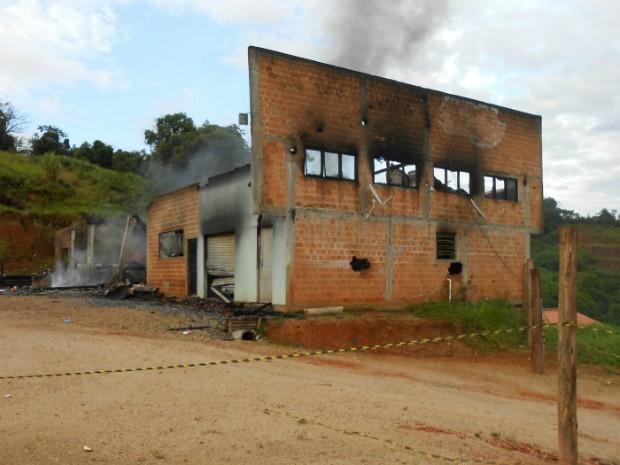 Fábrica estava fechada no momento do incêndio (Foto: Corpo de Bombeiros de São João Batista/Divulgação)