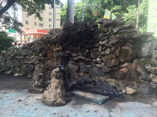 Monumento à Lenda do Ipupiara foi destruído (Foto: Carlos Abelha / G1)