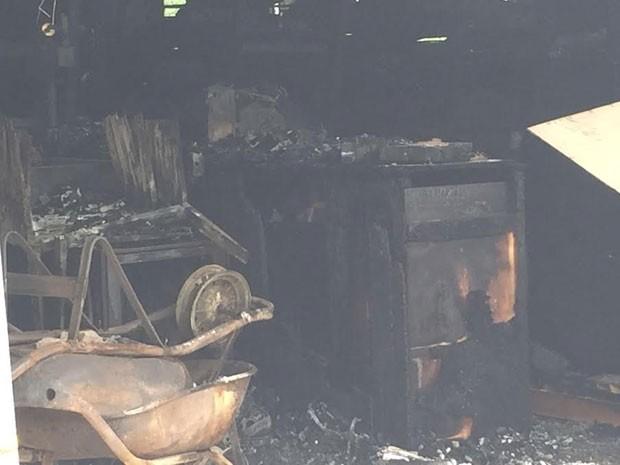 Bombeiros levaram 4h para controlar o incêndio na universidade (Foto: David de Tarso/TV Fronteira)