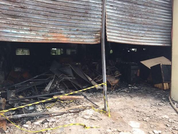 Incêndio atingiu armazém do campus 2 da universidade, em Presidente Prudente (Foto: David de Tarso/TV Fronteira)