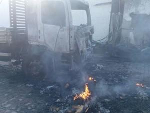 Cabine de caminhão fica destruída em incêndio (Foto: Cb Marcelo Silva/ Corpo de Bombeiros)