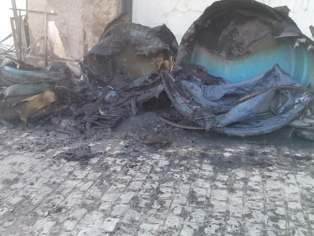 Fogo destruiu diversos materiais de construção em Garanhuns (Foto: Cb Marcelo Silva/ Corpo de Bombeiros)