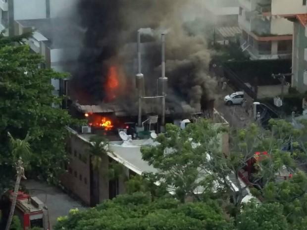 Restaurante pega fogo no bairro da Pituba (Foto: Marina Bonelli/acervo pessoal)