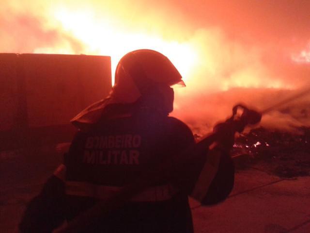 Fogo começou ainda durante a noite de segunda-feira e 11 veículos foram deslocados para o local. Foto: Bombeiros