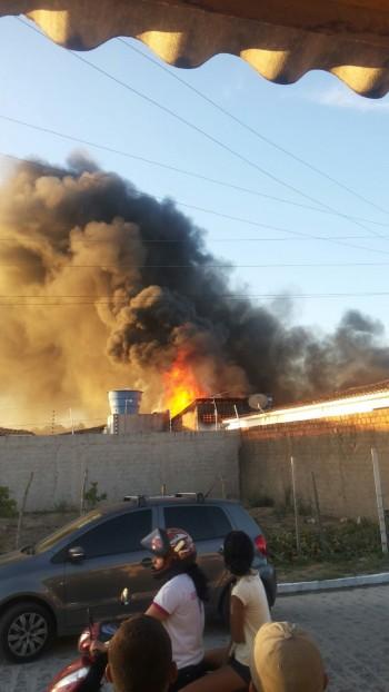 Incêndio atinge fábrica em Arapiraca ( Crédito: Vytor Ferro/Cortesia)