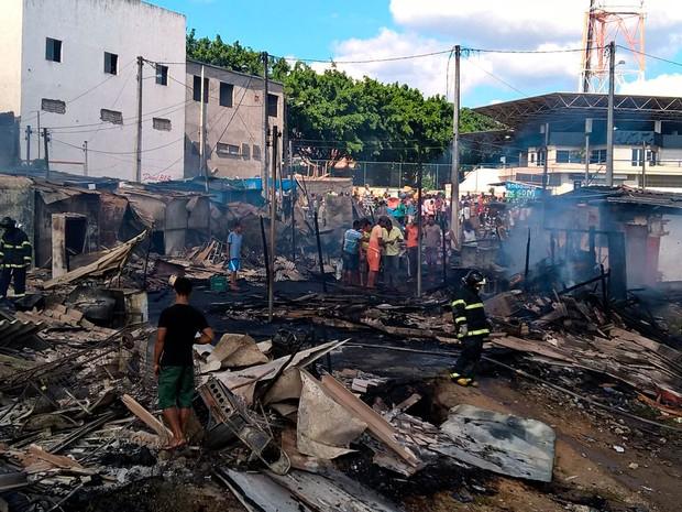 Incêndio destruiu barracas da Feira do Rolo, em Feira de Santana (Foto: Aldo Matos/Acorda Cidade)