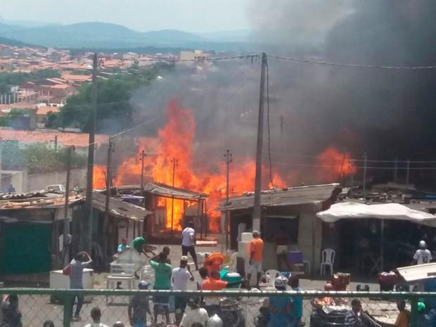 Incêndio atingiu Feira do Rolo, em Feira de Santana (Foto: Aldo Matos/Acorda Cidade)