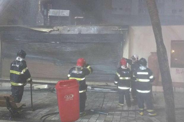 Dez mil litros de água foram utilizados para apagar o incêndio, que não deixou vítimas. Foto: Bombeiros/ Divulgação