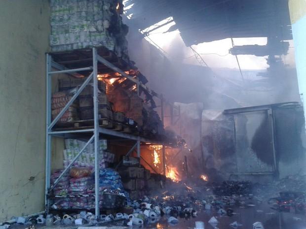 Incêndio destruiu material de galpão no Mercado da Produção (Foto: Luís Vitor Melo/ G1)