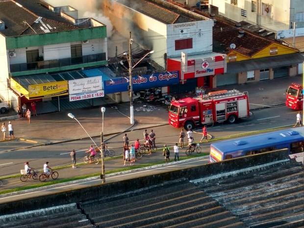 Incêndio atingiu comércio por volta das 6h desta segunda-feira (7) (Foto: Elaine Santos/Arquivo Pessoal)