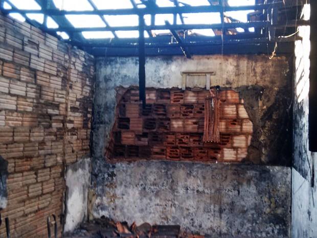 Parte do telhado desabou com o incêndio (Foto: Natalino Batista de Oliveira/Cedida)