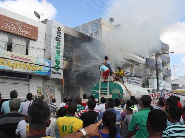Populares tentaram pagar o fogo com o auxílio de um carro-pipa (Foto: Raimundo Mascarenhas/ Calila Notícias)