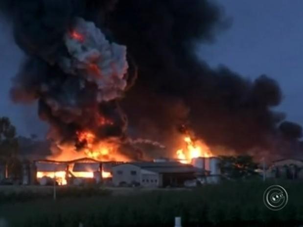 Mais de 30 bombeiros foram acionados para controlar o fogo (Foto: Reprodução/TVTEM)