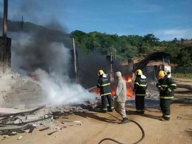 Bombeiros apagam fogo em centro de reciclagem em Cariacica (Foto:Roberto Pratti/ TV Gazeta)