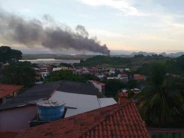 Incêndio atinge centro de reciclagem em Cariacica, no Espírito Santo (Foto: VC no ESTV)