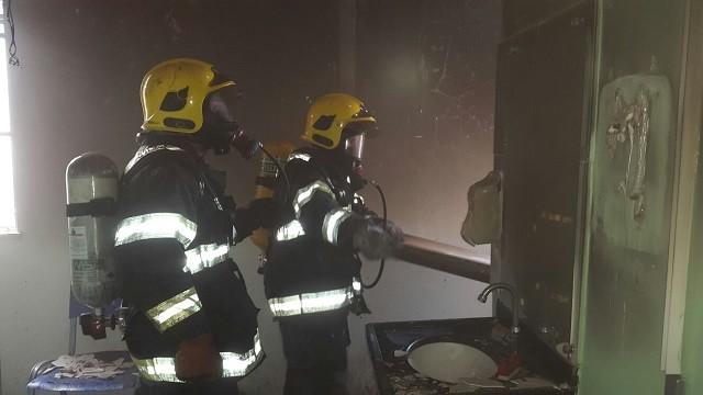 Paredes, forro e materiais foram danificados pelas chamas (Foto: Divulgação/Corpo de Bombeiros)