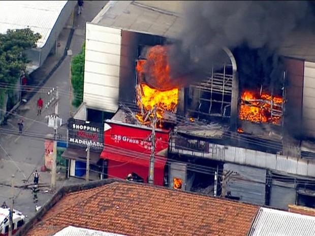 Fogo toma conta do andar superior do shopping que fica ao lado da Feira da Madrugada (Foto: GloboNews/Reprodução)