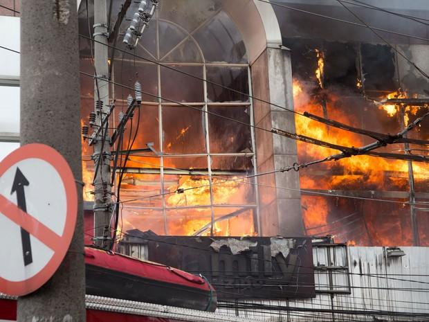 Um incêndio atinge um mini shopping ao lado da Feira da Madrugada, na rua Monsenhor Andrade no Brás, na região central de São Paulo, na manhã deste sábado (13) (Foto: Paulo Lopes/Futura Press/Estadão Conteúdo)