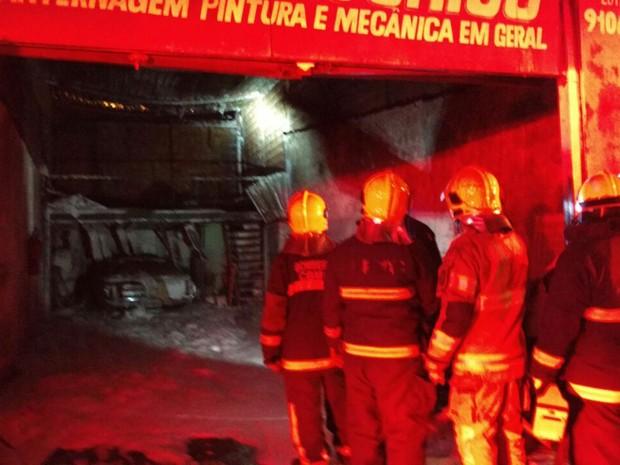 Bombeiros combatem incêndio em oficina em Brasília (Foto: Corpo de Bombeiros DF/Divulgação)