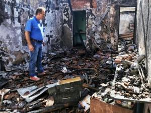 Um curioso observa a destruição no local; pouca coisa restou depois do incêndio nos salões comerciais (Foto: Fernando Antunes)