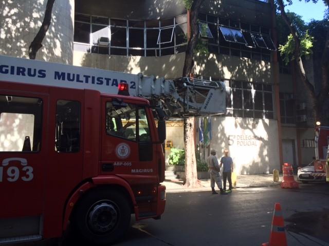 Incêndio atingiu terceiro andar de delegacia no Centro (Foto: Matheus Rodrigues / G1)